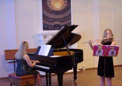 Flügel und Musikschüler